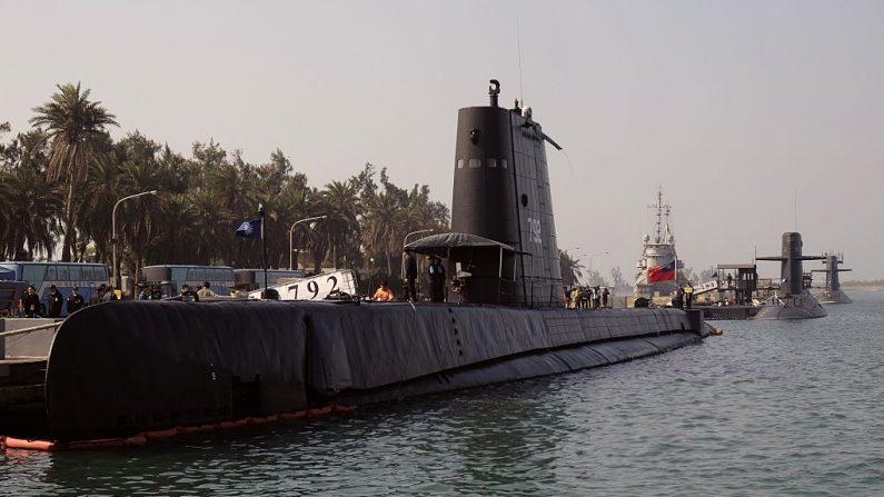 Tres submarinos son vistos en el puerto de la base naval de Tsoying en Kaohsiung, en el sur de Taiwán, el 18 de enero de 2017. (Foto de SAM YEH / AFP a través de Getty Images)