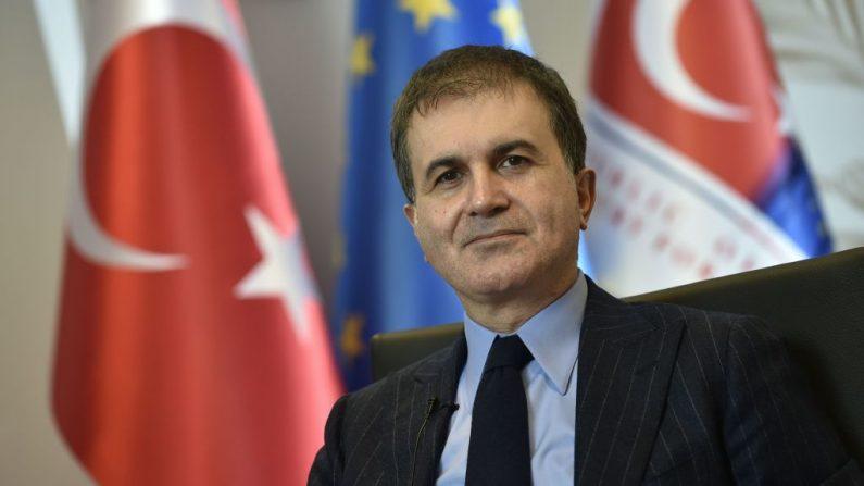 El portavoz del partido Justicia y Desarrollo (AKP) de Turquía, Ömer Çelik, posa para una foto después de una entrevista en la embajada turca en Bruselas (Bélgica) el 25 de enero de 2018. (Foto de JOHN THYS / AFP a través de Getty Images)