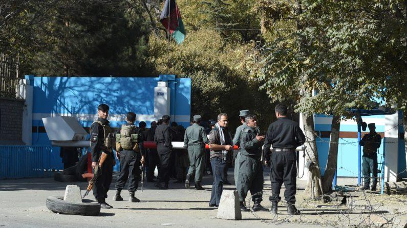 Policías montan guardia en una entrada de la Universidad de Kabul en Kabul (Afganistán) el 2 de noviembre de 2020 después de que hombres armados irrumpieran en la universidad, disparando y enviando a estudiantes a huir. (Foto de archivo de WAKIL KOHSAR / AFP a través de Getty Images)