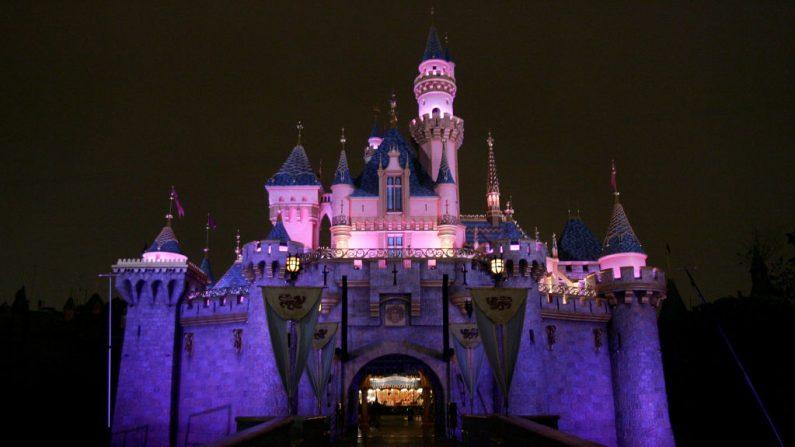 El Castillo de la Bella Durmiente se ve antes del día de la inauguración en King Arthur Carousel durante la celebración del 50 aniversario de Disneyland en el Parque Disneyland el 4 de mayo de 2005 en Anaheim, California (EE.UU.). (Foto de Frazer Harrison / Getty Images)