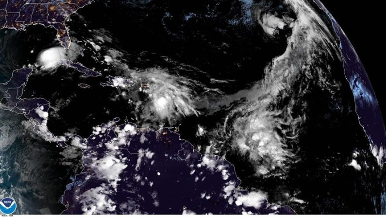 Fotografía satelital cedida por la Oficina Nacional de Administración Oceánica y Atmosférica (NOAA) por vía del Centro Nacional de Huracanes (NHC) donde se muestra la localización de la tormenta tropical Eta (i) en el Golfo de México y la tormenta subtropical Theta (d) en el Atlántico. EFE/ NOAA-NHC