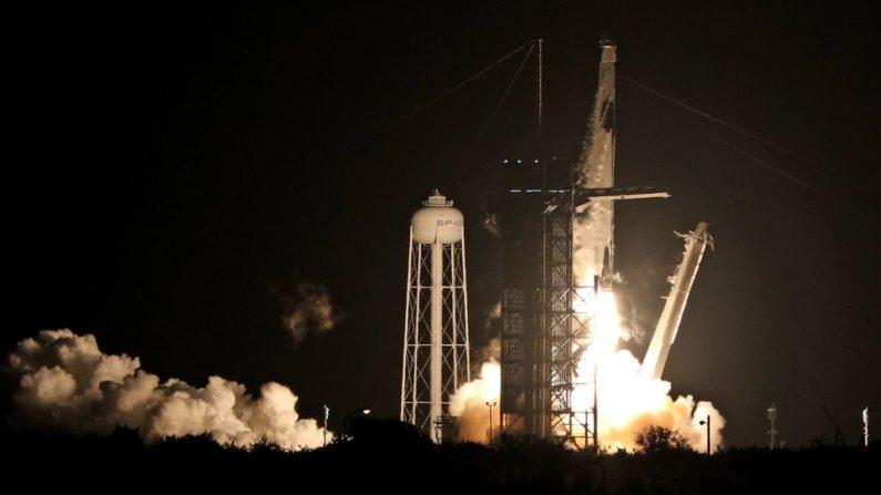 Un cohete SpaceX Falcon 9 despega del complejo de lanzamiento 39A en el Centro Espacial Kennedy en Florida el 15 de noviembre de 2020. - La misión SpaceX Crew-1 de la NASA es la primera misión de rotación de la tripulación de la nave espacial SpaceX Crew Dragon y el cohete Falcon 9 a la Internacional Estación espacial como parte del programa de tripulación comercial de la agencia. (Foto de GREGG NEWTON / AFP a través de Getty Images)