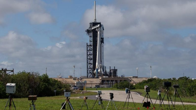 El cohete Falcon 9 de SpaceX se ve en la plataforma de lanzamiento en el centro espacial Kennedy de Cabo Cañaveral, Florida (EE.UU.), hoy 13 de noviembre de 2020. EFE/EPA/CJ GUNTHER