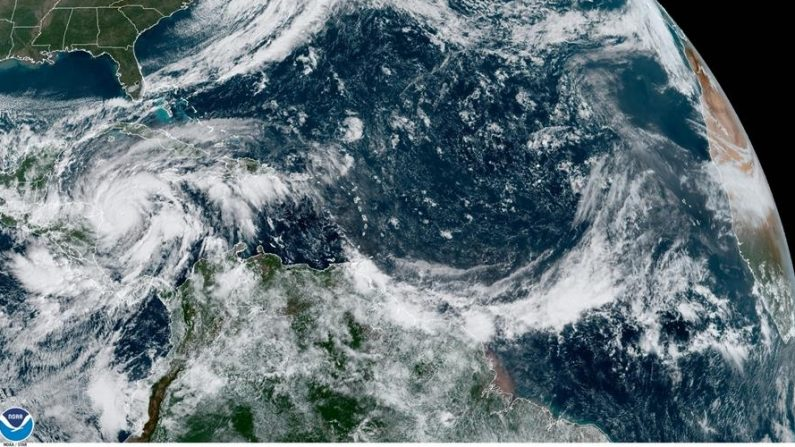 Fotografía satelital cedida por la Oficina Nacional de Administración Oceánica y Atmosférica (NOAA) por vía del Centro Nacional de Huracanes (NHC) donde se muestra la localización del huracán Eta cerca de la frontera entre Nicaragua y Honduras a las 09:20 hora local (1420 GMT). EFE/ NOAA-NHC