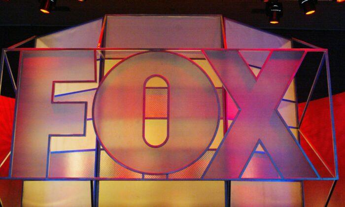 El logotipo de Fox Network se exhibe en el Hotel Hilton Universal, en Universal City, California, el 17 de enero de 2005. (Frederick M. Brown/Getty Images)