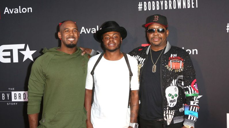 "(I-d) Landon Brown, Bobby Brown Jr. y Bobby Brown llegan a la proyección de estreno de ""The Bobby Brown Story"" presentada por BET y Toyota en el Paramount Theatre en el lote de Paramount Studios el 29 de agosto de 2018 en Hollywood, California. (Foto de Maury Phillips / Getty Images para BET)"