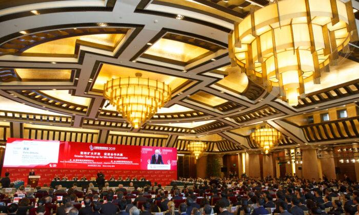 La gente asiste al Foro de Desarrollo de China en Beijing el 24 de marzo de 2019. (Thomas Peter-Pool/Getty Images)