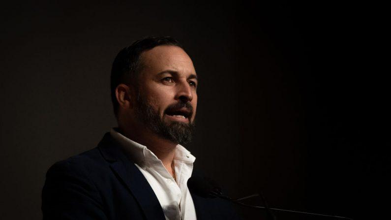 El líder del partido VOX Santiago Abascal hace un discurso durante un mitin en los Palacios de Congresos el 17 de abril de 2019 en Granada, España. (David Ramos/Getty Images)