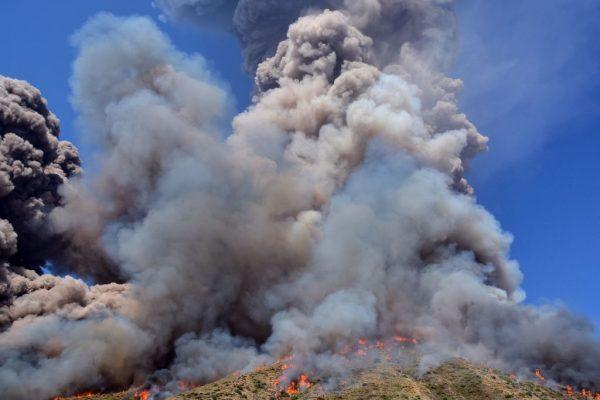 Las olas de humo y las llamas se propagan por la ladera después de que el volcán Stromboli entró en erupción el 3 de julio de 2019 en la isla de Stromboli, al norte de Sicilia (Italia). (Foto de GIOVANNI ISOLINO / AFP a través de Getty Images)