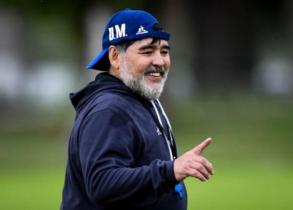 Diego Maradona, entrenador de Gimnasia y Esgrima La Plata, sonríe durante una sesión de entrenamiento de Gimnasia y Esgrima La Plata en el Estacia Chica Training Camp el 10 de octubre de 2019 en La Plata, Argentina. (Foto de Marcelo Endelli / Getty Images)