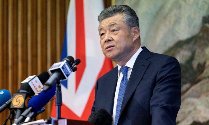 El embajador de China en Gran Bretaña, Liu Xiaoming, habla con miembros de los medios de comunicación sobre las continuas protestas en Hong Kong, durante una conferencia de prensa en la Embajada de China, en Londres, el 18 de noviembre de 2019. (NIKLAS HALLE'N/AFP a través de Getty Images)