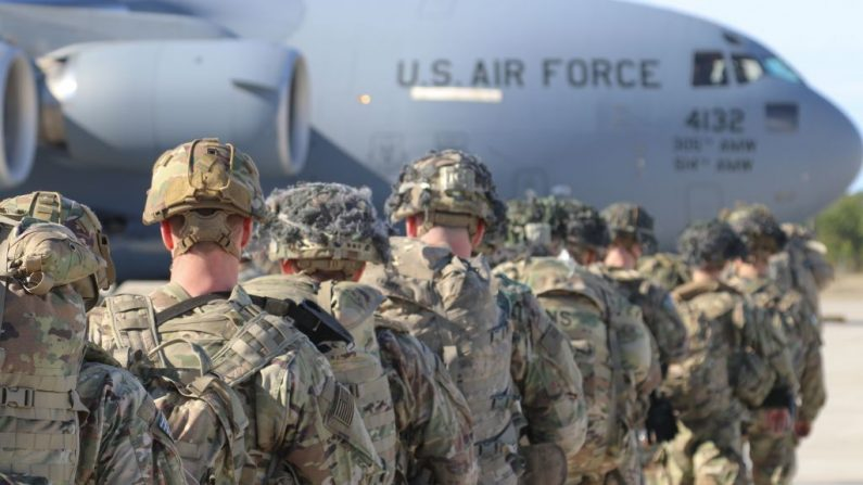 Esta imagen del folleto publicada por el Ejército de los EE.UU. muestra a los paracaidistas del Ejército de los EE.UU., foto tomada en Carolina del Norte el 1 de enero de 2020. (Foto de CAPT . ROBYN HAAKE / US ARMY / AFP vía Getty Images)