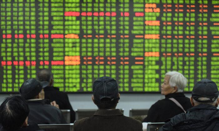 Los inversionistas miran una pantalla que muestra los movimientos del mercado de valores en una compañía de valores en Hangzhou, en la provincia oriental de Zhejiang, el 3 de febrero de 2020. (STR/AFP a través de Getty Images)