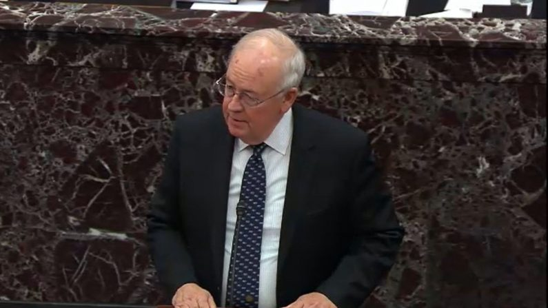 Ken Starr, abogado del presidente Donald Trump, durante el juicio de impeachment contra Trump en el Senado en el Capitolio de Estados Unidos en Washington, el 27 de enero de 2020. (Televisión del Senado a través de Getty Images)