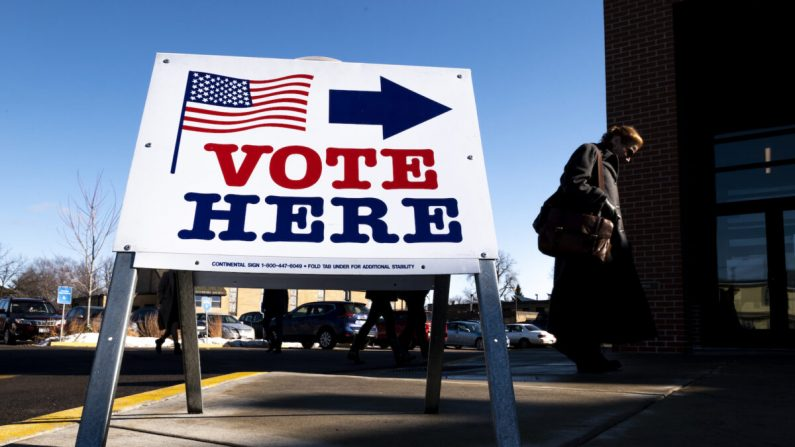 Una votante llega a un lugar de votación en Minneapolis, Minnesota, el 3 de marzo de 2020. (Stephen Maturen/Getty Images)