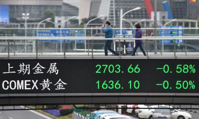 Personas con mascarillas caminan por un puente en el distrito financiero de Lujiazui, en Shanghai, el 4 de marzo de 2020. (Hector Retamal/AFP a través de Getty Images)