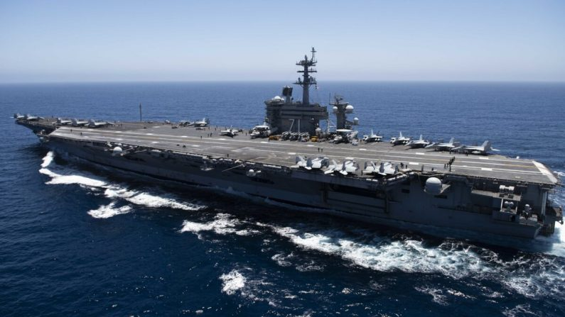 El portaaviones USS Theodore Roosevelt (CVN 71) transita por el Océano Pacífico. (Marina de Estados Unidos a través de Getty Images)