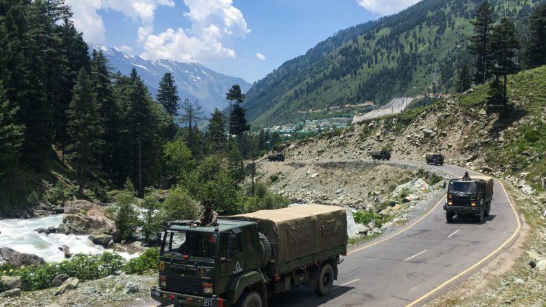 Convoyes del ejército indio se dirigen hacia Leh, en la frontera con China, en Gagangir, India, el 17 de junio de 2020. (TAUSEEF MUSTAFA/AFP vía Getty Images)
