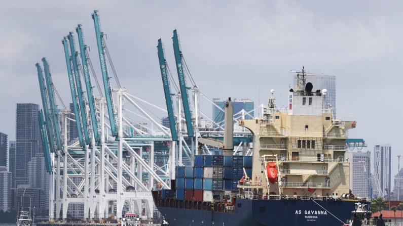 El buque de carga AS Savanna llega a PortMiami el 29 de abril de 2020 en Miami, Florida. (Foto de Joe Raedle / Getty Images)
