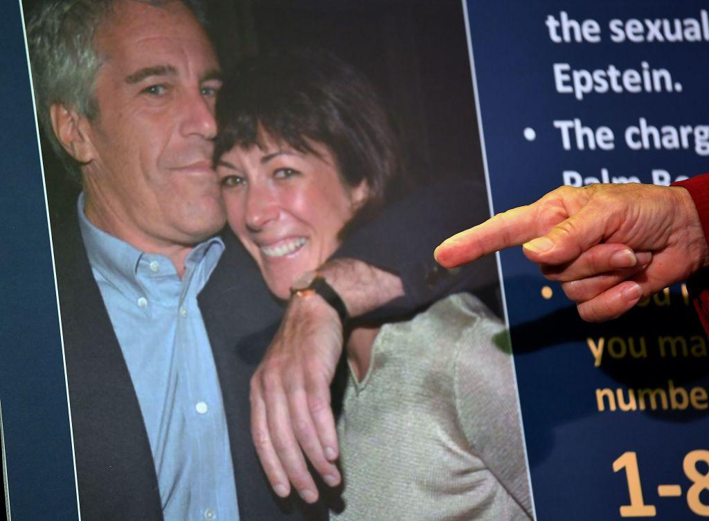 Asociada de Epstein, Ghislaine Maxwell, se somete a cuarentena por exponerse al COVID-19