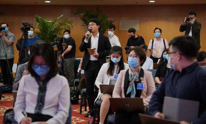 Periodistas asisten a una conferencia de prensa en vídeo que fue organizada por el ministro de Relaciones Exteriores chino Wang Yi en Beijing, China, el 24 de mayo de 2020. (Andrea Verdelli/Getty Images)