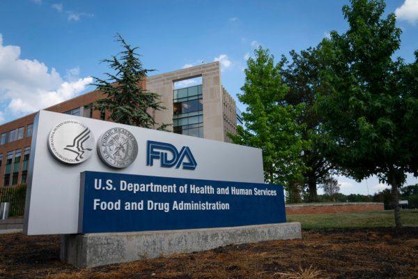 Se ve un letrero de la Administración de Alimentos y Fármacos (FDA) fuera de la sede el 20 de julio de 2020 en White Oak, Maryland (EE.UU.). (Foto de Sarah Silbiger / Getty Images)