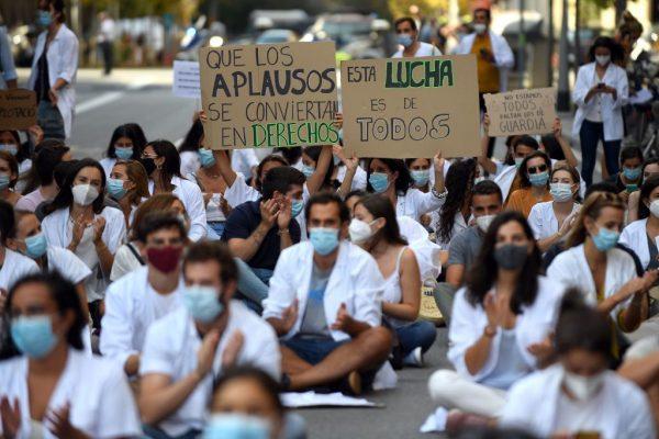 Médicos protestan contra sus condiciones laborales en el segundo día de huelga convocada por el colectivo en Barcelona (España), el 22 de septiembre de 2020, en medio de un aumento del covid-19 en el país. (Foto de JOSEP LAGO / AFP vía Getty Images)