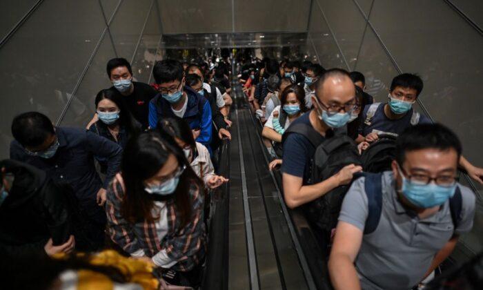 Aeropuerto de Shanghai se sume en el caos cuando autoridades ordenan testeos masivos