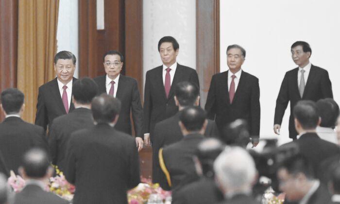 El líder chino Xi Jinping (izquierda), el primer ministro Li Keqiang (segunda izquierda) y los miembros del Comité Permanente del Politburó (izquierda y derecha) Li Zhanshu, Wang Yang y Wang Huning llegan para una recepción en el Gran Salón del Pueblo en Beijing, China, el 30 de septiembre de 2020. (GREG BAKER/AFP vía Getty Images)
