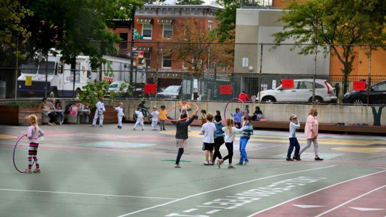 Los estudiantes juegan durante un programa extracurricular en una escuela pública el 5 de octubre de 2020 en el distrito de Brooklyn de la ciudad de Nueva York (EE.UU.). (Foto de ANGELA WEISS / AFP a través de Getty Images)