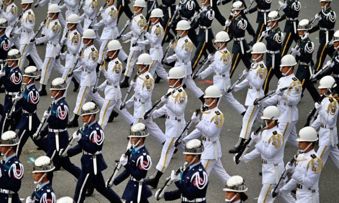 La Guardia de Honor de Taiwán actúa durante la celebración del Día Nacional frente a la Oficina Presidencial en Taipei, el 10 de octubre de 2020. (Sam Yeh/AFP vía Getty Images)