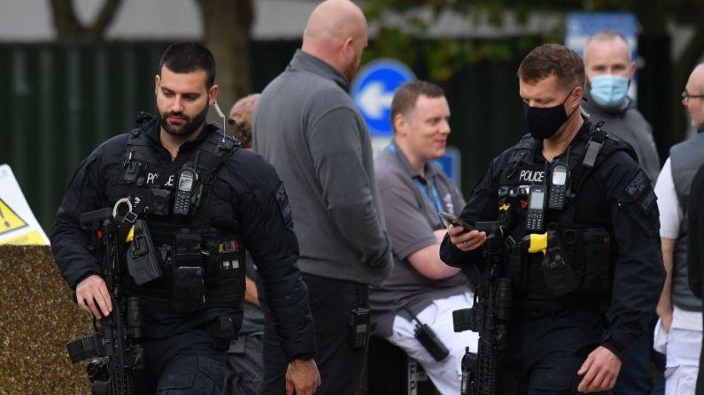 Patrulla policial armada en el lugar de una alerta de seguridad en el Hospital St Thomas en el centro de Londres el 13 de octubre de 2020. (Foto de JUSTIN TALLIS/AFP a través de Getty Images)