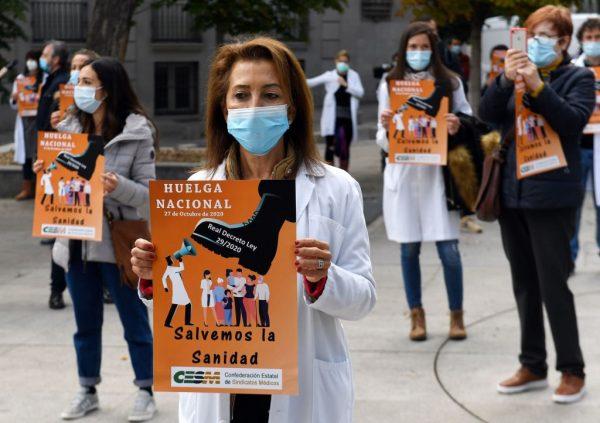 Los médicos protestan contra el maltrato al sector, convocado por el Comité Ejecutivo de la Confederación Estatal de Sindicatos Médicos (CESM), y reclaman una atención sanitaria de calidad durante una manifestación frente al Parlamento español, en Madrid, el 27 de octubre de 2020, que marca el inicio de una Huelga indefinida que tendrá lugar el último martes de cada mes. (Foto de PIERRE-PHILIPPE MARCOU / AFP a través de Getty Images)