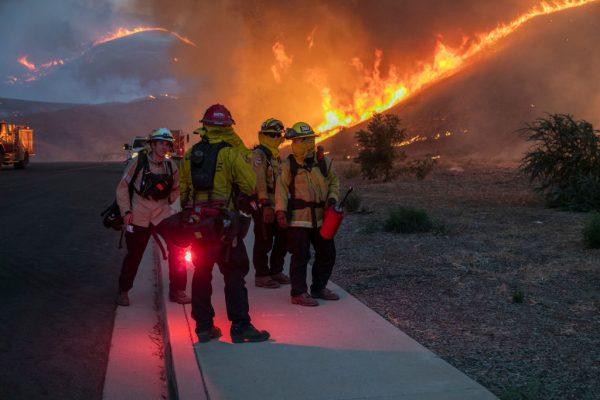 Imagen del incendio Blue Ridge el 27 de octubre de 2020 en Chino Hills, California. (Foto de David McNew / Getty Images)
