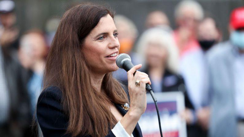 La candidata republicana al Congreso, Nancy Mace, habla a la multitud en un evento con el senador Lindsey Graham, el 31 de octubre de 2020, en Charleston, Carolina del Sur. (Michael Ciaglo/Getty Images)