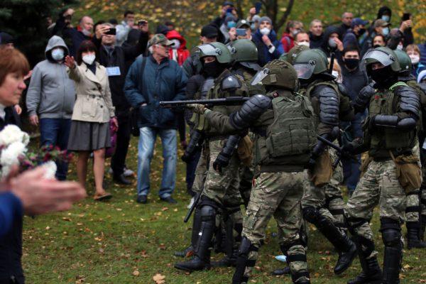 Agentes bloquean a los manifestantes durante una marcha de partidarios de la oposición desde el centro de Minsk (Bielorrusia) hasta un lugar de ejecuciones de la era de Stalin en las afueras de la capital el 1 de noviembre de 2020. (Foto de STRINGER / AFP a través de Getty Images)