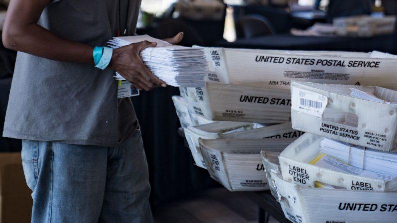 Un trabajador electoral procesa las boletas electorales de ausencia en el State Farm Arena el 2 de noviembre de 2020 en Atlanta, Georgia. Megan Varner/Getty Images)