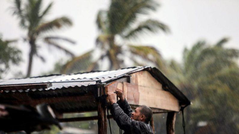 Un hombre protege su casa en la playa cuando el huracán Eta se acerca en Bilwi, Puerto Cabezas, Nicaragua, el 2 de noviembre de 2020. (Foto de INTI OCON / AFP a través de Getty Images)