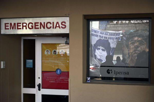 Vista de la entrada de emergencia de la clínica Ipensa donde ingresó el exfutbolista argentino y entrenador de Gimnasia y Esgrima La Plata Diego Maradona, en La Plata, provincia de Buenos Aires (Argentina), el 3 de noviembre de 2020. (Foto de JUAN MABROMATA / AFP a través de Getty Images)