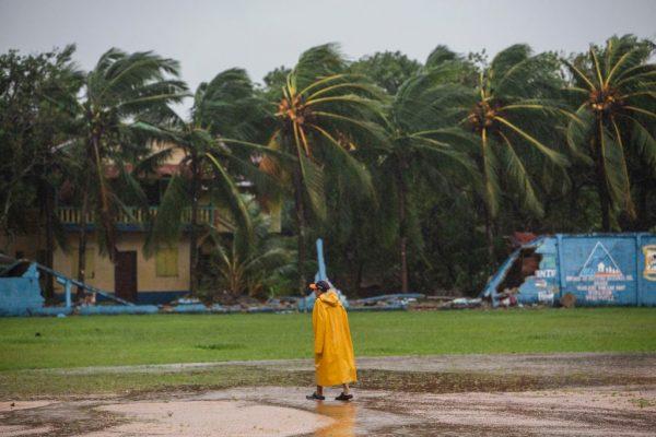 Un hombre camina en el Estadio de Béisbol de Bilwi, mientras el huracán Eta toca tierra en Bilwi, Puerto Cabezas, Nicaragua, el 3 de noviembre de 2020. (Foto de INTI OCON / AFP a través de Getty Images)