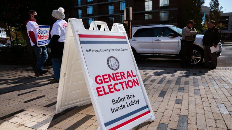 Un cartel que dirige a los votantes al área de votación el 3 de noviembre de 2020 en Louisville, Kentucky (EE.UU.). (Foto de Jon Cherry / Getty Images)