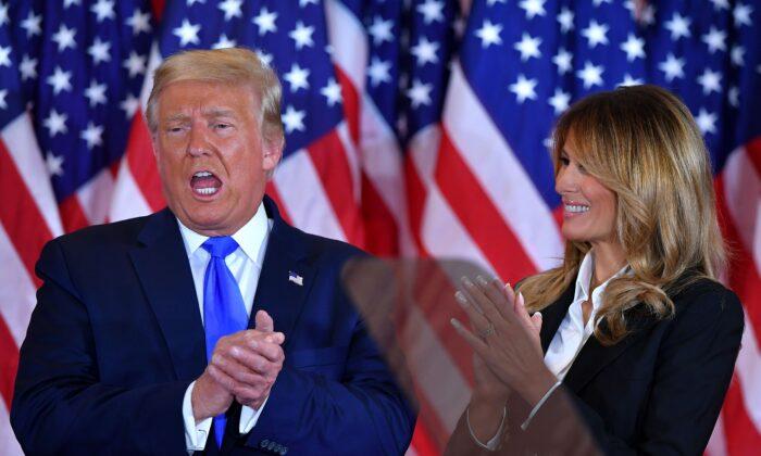 El presidente Donald Trump aplaude junto a la primera dama, Melania Trump, después de hablar durante la noche de las elecciones, en el East Room de la Casa Blanca, en Washington, la madrugada del 4 de noviembre de 2020. (Mandel Ngan/AFP a través de Getty Images).