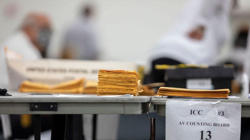 Las papeletas de voto en ausencia se encuentran en un escritorio en la Junta Central de Conteo mientras se espera para que sean procesadas en el Centro TCF, el 4 de noviembre de 2020, en Detroit, Michigan. (Elaine Cromie/Getty Images)