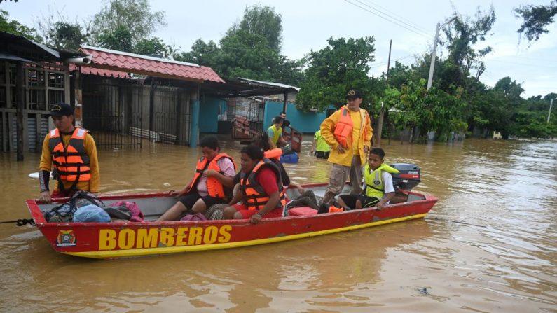 Bomberos rescatan a pobladores locales luego del desborde del río Ulúa en el municipio de El Progreso, departamento de Yoro, Honduras el 5 de noviembre de 2020. (Foto de ORLANDO SIERRA / AFP vía Getty Images)