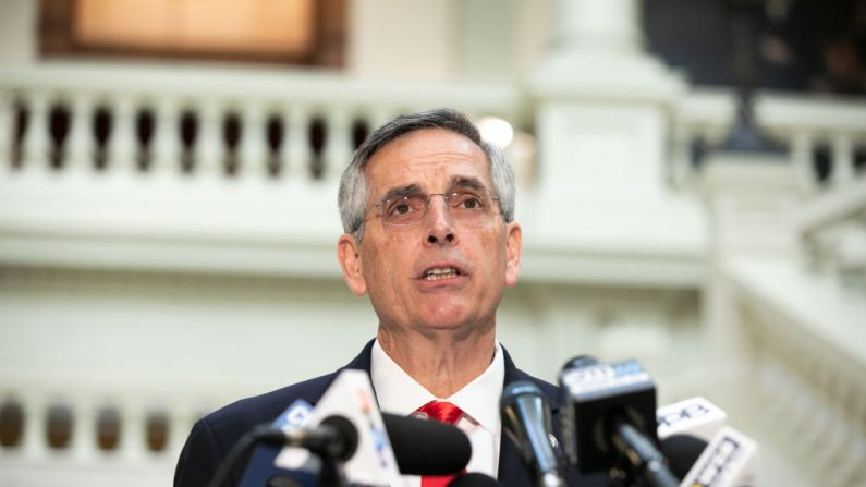 El secretario de Estado de Georgia, Ben Raffensperger, da una conferencia de prensa el 6 de noviembre de 2020 en Atlanta, Georgia. (Jessica McGowan/Getty Images)