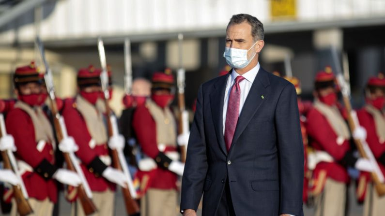 El rey Felipe VI de España llega al Aeropuerto Internacional Manuel Márquez de León el 7 de noviembre de 2020 en La Paz, Bolivia. (Foto de Gaston Brito Miserocchi / Getty Images)