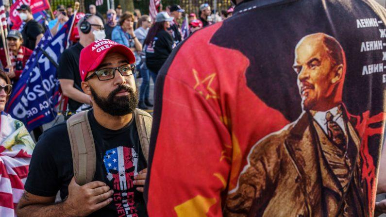 """Un partidario de Trump (izq) y un manifestante opositor con una camiseta que tiene una imagen de Lenin intercambia palabras durante un la manifestación """"Stop the Steal"""" en apoyo al presidente Donald Trump, en St Paul, Minnesota, el 7 de noviembre de 2020. (Kerem Yucel/AFP vía Getty Images)"""