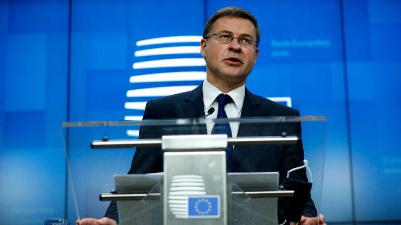 El vicepresidente de la Comisión Europea, Valdis Dombrovskis, da una conferencia de prensa después de una reunión de ministros de Comercio de la UE, en formato de videoconferencia, en el edificio del Consejo Europeo en Bruselas (Bélgica), el 9 de noviembre de 2020 (Foto de Francisco Seco / POOL / AFP a través de Getty Images)