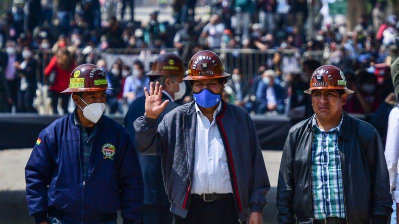 El expresidente boliviano Evo Morales (c) saluda en La Quiaca, Argentina, antes de cruzar a pie de regreso a su país, visto desde Villazón en el sur de Bolivia, el 9 de noviembre de 2020. (Foto de RONALDO SCHEMIDT / AFP a través de Getty Images)