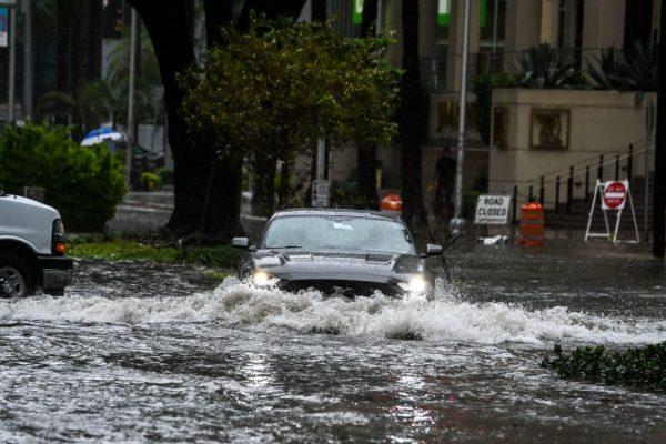 Un automóvil atraviesa la calle inundada durante fuertes lluvias y vientos mientras la tormenta tropical Eta se acerca al sur de Florida, en Miami, Florida, el 9 de noviembre de 2020. (Foto de CHANDAN KHANNA / AFP a través de Getty Images)